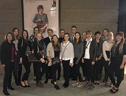 Gruppenfoto vor dem Salzburger Festspielhaus