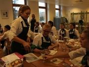 Schülerinnen beim Weinseminar