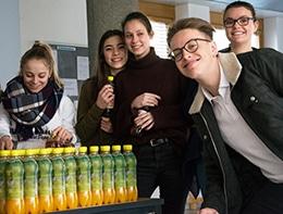 Schülerinnen und Schüler der HLW beim Verteilen der Getränke