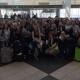 Schülergruppe in der Abflughalle im Münchner Flughafen