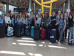 Gruppenfoto Flughafenterminal