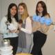 Schülerinnen präsentieren die LAPP-Isolatoren