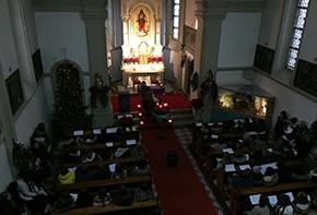 Blick von oben in die Kirche bei der Besinnungsfeier
