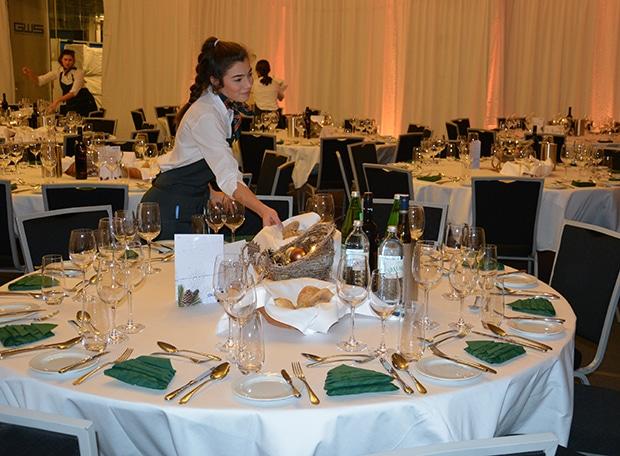 Tischdecken bei der Jahresabschlussfeier GWS