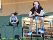 zwei Schülerinnen beim Jumping