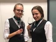 zwei Schülerinnen beim Weinseminar