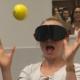 Schülerin testet ihr Reaktionsvermögen mit dunkler Brille und Tennisball
