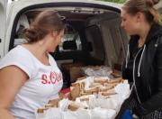 Schülerinnen beim Verteilen von Broten