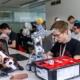 Schüler arbeitet am Roboter