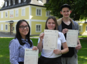 Stolze Schüler mit Cambridge Certificate Level C1