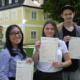 Stolze Schüler mit Cambridge Certificate Level C1