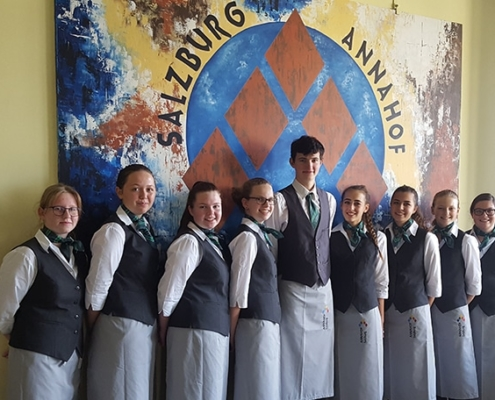 Schülergruppe vor dem Annahoflogo
