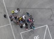 Gruppenfoto von oben auf Betonboden