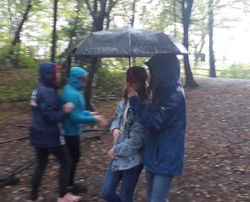 Schülerinnen beim Kennenlernspiel mit Schirm