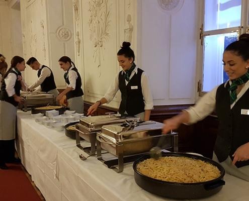 Schülerinnen im Einsatz am Buffet