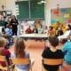 Schülerinnen bei der Präsentation in der Volksschule