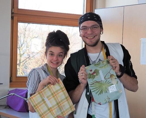 Licht ins Dunkel - Schüler mit fertigen Lunch-Bag