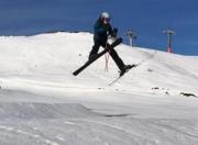 Skifahrer springt über den Schnee