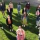 Klassenfoto im Garten mit Make und Abstand